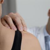 Behandlung einer Patientin an der Schulter
