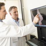 Dr. Tasman und Dr. Hunter betrachten die Computersimulation einer möglichen Rhinoplastik.